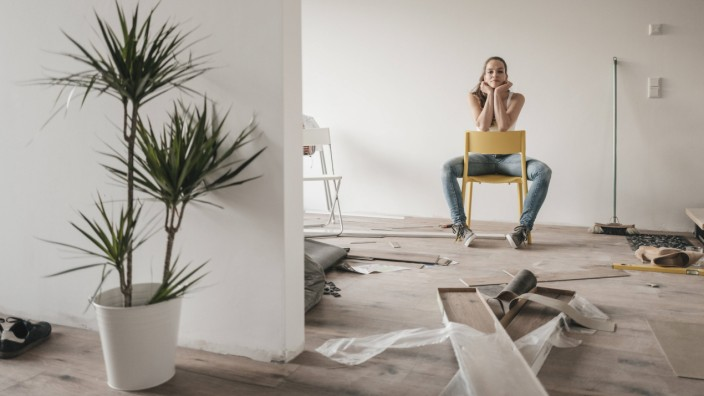 Mature woman moving house sitting on chair model released Symbolfoto property released PUBLICATIONx
