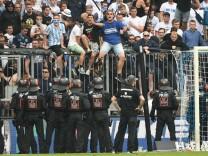 Löwen Fans auf dem Zaun wollen auf das Spielfeld großes Polizeiaufgebot Spielunterbrechung Siche