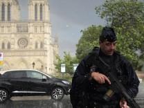Polizist vor der Notre-Dame Kathedrale
