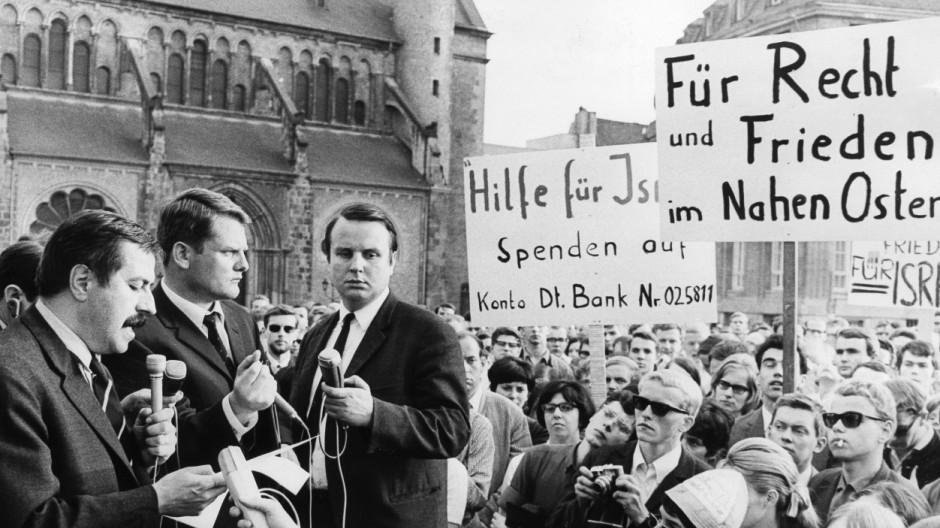 Günter Grass auf einer pro-Israelischen Demonstration während des Sechstagekrieges in Bonn, 1967