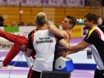 Lukas Dauser verletzt sich nach seiner Übung an den Ringen bei der Landung schwer und muss aus der H