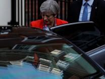 Theresa May verlässt Hauptquartier der Konservativen in London.