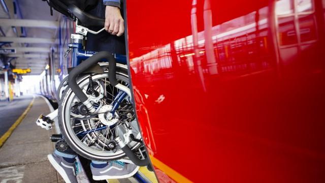 Pendler, die am Start- wie am Zielort der Bahn-Etappe das Fahrrad nutzen, sollten dieses einfach mit in den Zug nehmen. Dann muss es freilich faltbar sein.