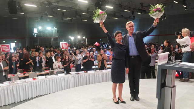 Top candidates of Germany's left-wing party Die Linke Wagenknecht and Bartsch waves with flowers after a speech during a party congress in Hanover