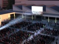Simulation der Eventagentur Gral: So stellt sich der Veranstalter das Kino-Open-Air im Innenhof des ehemaligen Mahag-Geländes an der Karlstraße 77 bis 79 vor.