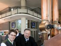 Oberbürgermeister von Dachau Florian Hartmann (am Stuhl) drückt den Startknopf (Maus am Computer) für das Einmaischen des Dachauer Volksfestbieres.