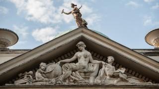 Barbusige Frauenfiguren auf der Botschaftsvilla abgedeckt