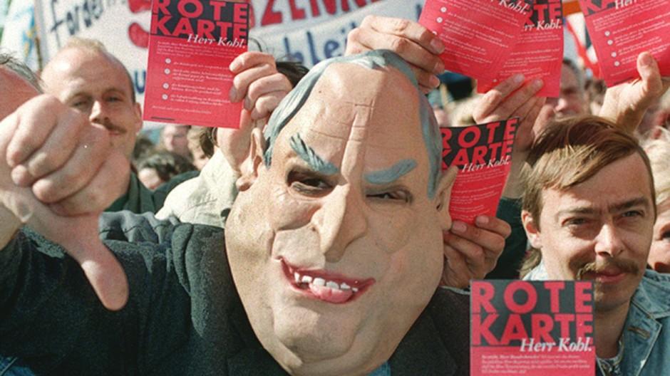 Demonstrant mit Kohl-Maske