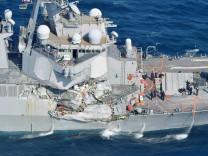 Beschädigte USS Fitzgerald vor der japanischen Küste