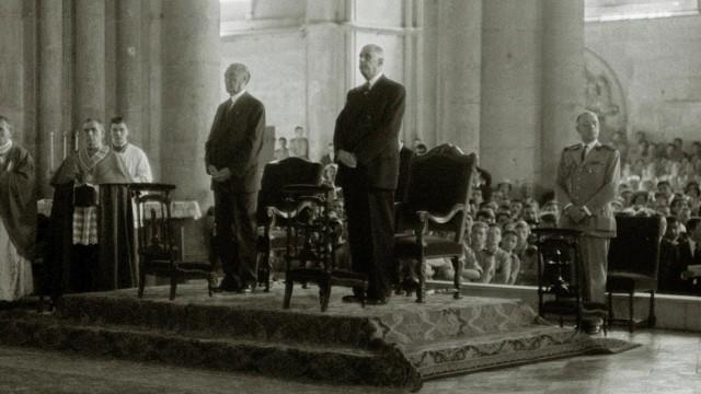 Versöhnungsmesse: Bundeskanzler Konrad Adenauer (links) und der französische Präsident Charles de Gaulle (rechts) 1962 in der Kathedrale von Reims.