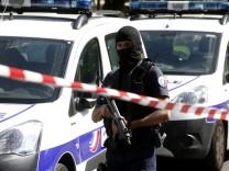 Mann fährt auf Champs-Elysées auf Polizeiwagen