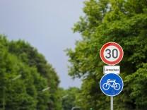 """Schilder """"Fahrradweg"""" und """"Tempo 30"""" in München, 2013"""