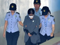 Choi Soon-sil arrives at a court in Seoul