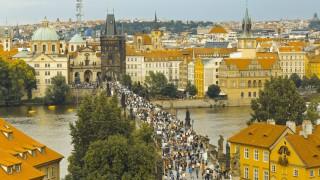 Karlsbruecke Karl v most Ausblick von Br¸ckenturm der Kleinseite Moldau Prag Tschechien Europa