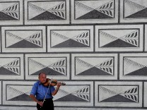 Straßenmusiker spielt vor Schwarzenberg-Palast in Prag