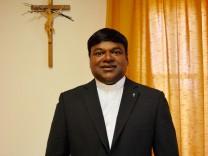 Pater Eleuterio Carlos Fernandes - er stammt aus dem indischen Bundesstaat Goa - ist ein Sportfan.