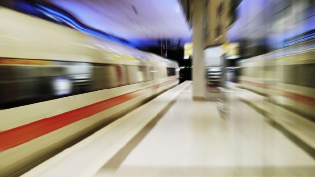 In Eile; ICE in Fahrt Deutsche Bahn DB Bahnhof