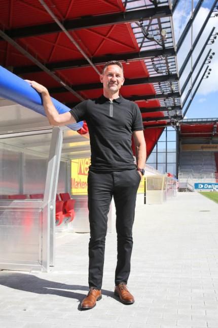 Achim Beierlorzer Chef Trainer Jahn Regensburg an der Trainerbank Regensburg Copyright xNicklx Ei
