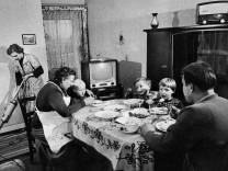 Familie beim Essen, 1959