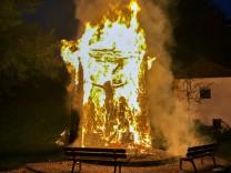 Jesusfigur brennt lichterloh