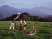 Familie beim Ballspiel bei Maria Eck, Siegsdorf, 60er Jahre
