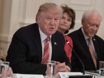 US-Präsident Donald Trump spricht mit Senatoren über das neue Gesundheitsgesetz