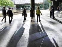 DEU DEUTSCHLAND Passanten und Angestellte unter dem Gebaeude der Deutsche Bank AG in Frankfurt D