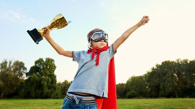 Kleiner Held Mit Siegerpokal