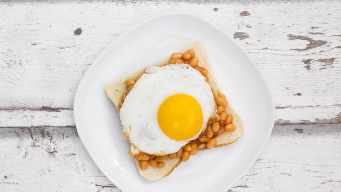 Fried egg and baked beans on toast Fried egg and baked beans on toast LVF06126