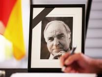 Kondolenzbuch f¸r Helmut Kohl  in Bonn