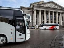 Busse vor dem Nationaltheater in München, 2016