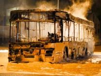 Bus brennt nahe Tankstelle aus
