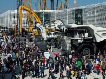 Ein Liebherr T 264 Muldenkipper steht auf der Bauma 2016 Messe in München Die Bauma ist die Weltlei
