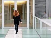 Frau geht durch Konzernzentrale