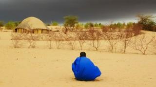 Tuareg beobachtet nahendes Gewitter