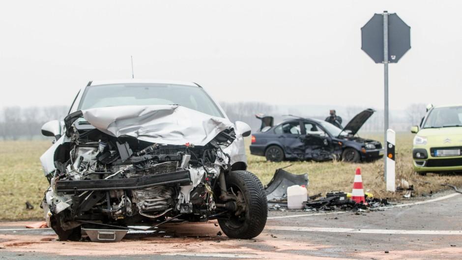Alkersleben 12 02 2017 Verkehrsunfall mit 2 PKW BMW und Peugeot auf der Strecke Elxleben IK