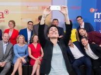 ZDF Moderatorin Dunja HAYALI macht ein Selfie von der Gruppe Moderatoren der ARD und ZDF 25 Jahre M