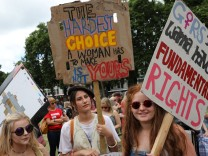 Women gather in Parliament Square for a protest in support of legal abortion in Northern Ireland, and against a Tory coalition with the DUP, in central London; HRW+jetzt
