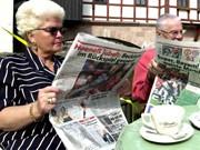 Paar beim Zeitung lesen