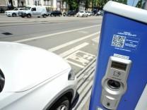 Eine Ladesäule für E-Autos in München.