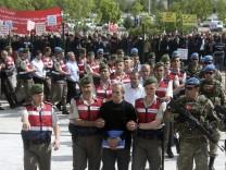 Soldaten werden vor Gericht gestellt, die im Verdacht stehen, hinter dem Putschversuch zu stecken.