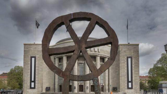 Das Räuberrad eine Radskulptur aus Metall des Designers Rainer Haußmann aufgestellt 1994 vor dem T