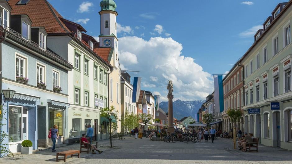 Untermarkt mit der Filialkirche Maria Hilf Murnau Oberbayern Bayern Deutschland Europa Copyrigh