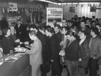 Andrang für die Fahrt zum Europapokal Finale 1965
