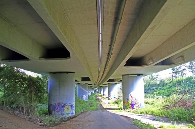 Ansicht unter einer Betonbruecke einer Stadtautobahn Deutschland underside of prestressed concrete