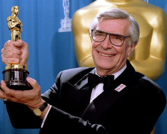 FILE PHOTO - Actor Martin Landau displays the Oscar he won for Best Supporting Actor at the 67th Annual Academy Awards in Los Angeles