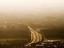 Autobahndreieck A96 bei Pasing Stau stadteinwärts morgens zwischen 7 30 und 8 Uhr mit dem Helico