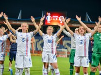 Sandra Maria Jessen Island Iceland 18 klatschen nach dem Spiel mit Fans Fussball UEFA Women