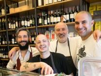 Andrea Boscagli von Vini e panini in der Nordendstraße 45 (beim Kurfürstenplatz). Er hat ein italienisches Kochbuch geschrieben, mit seinem Team.