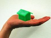 modellhaus auf handfläche ; oh